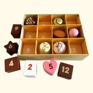 12 Wooden cakes & chocolates in a tray